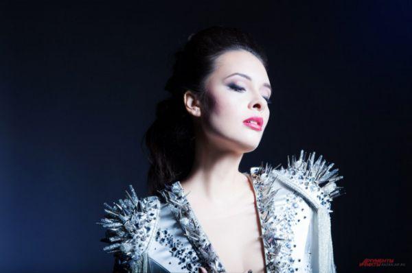Эльмира Калимуллина. Финалистка первого шоу «Голос» на Первом канале в 2012 году. Сейчас записывает песни, снимает клипы и дает концерты.