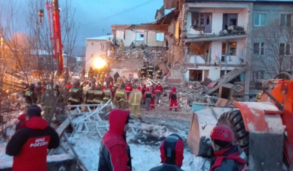 По словам спасателей, больше под руинами здания людей быть не должно.