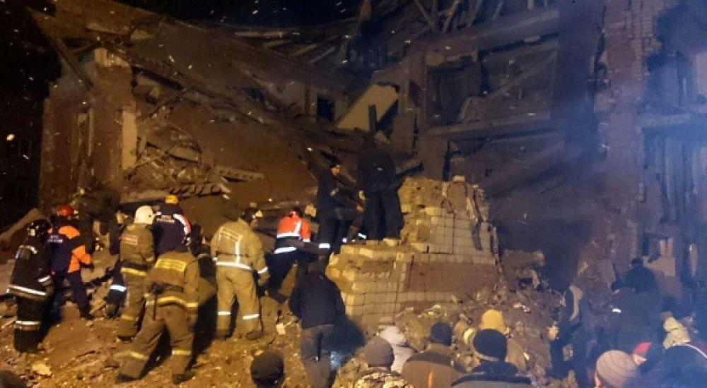 На месте взрыва газа в доме в поселке Корфовский в Хабаровском крае работают спасатели.