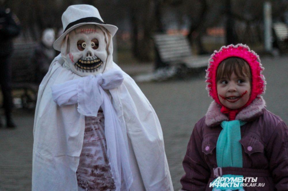 Оригинальный костюм порой можно сделать из простой простыни. Достаточно добавить маску из папье-маше и шляпку.