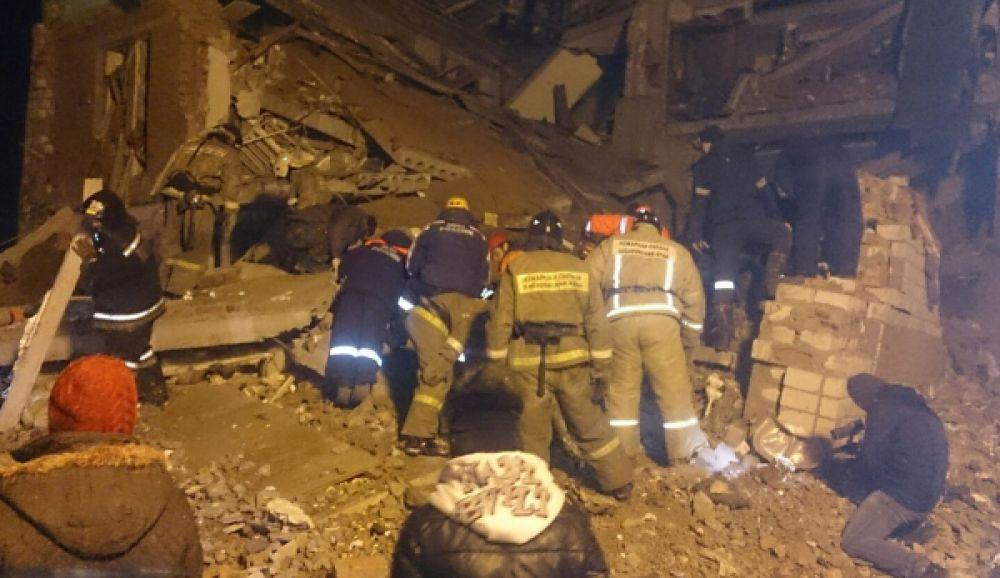 Всего в ликвидации последствий взрыва привлечены более 400 человек и 60 единиц техники.