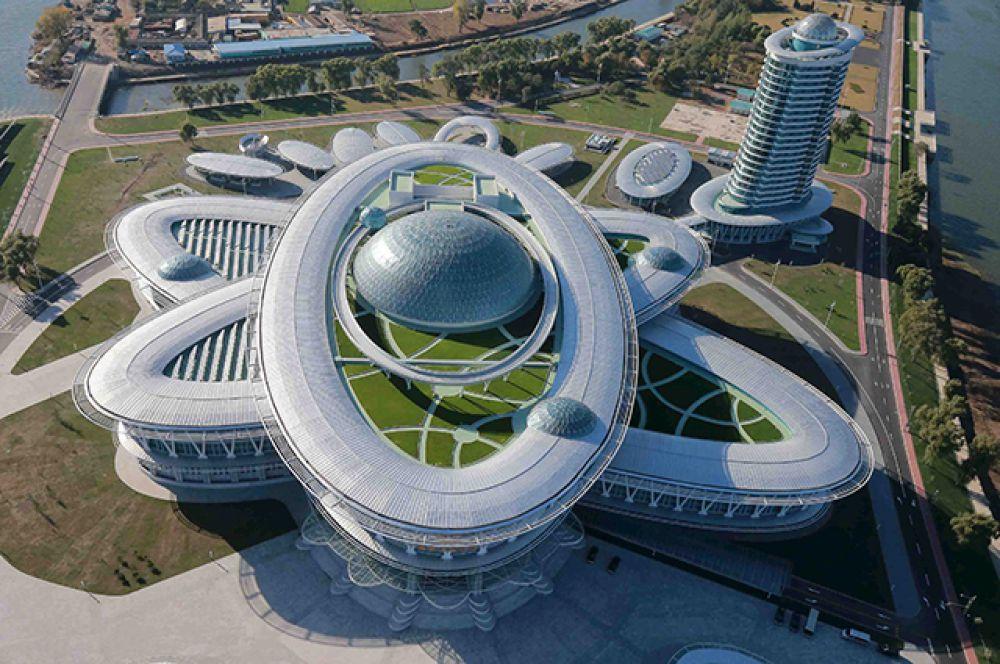 Огромное здание комплекса выполнено в форме модели атома.