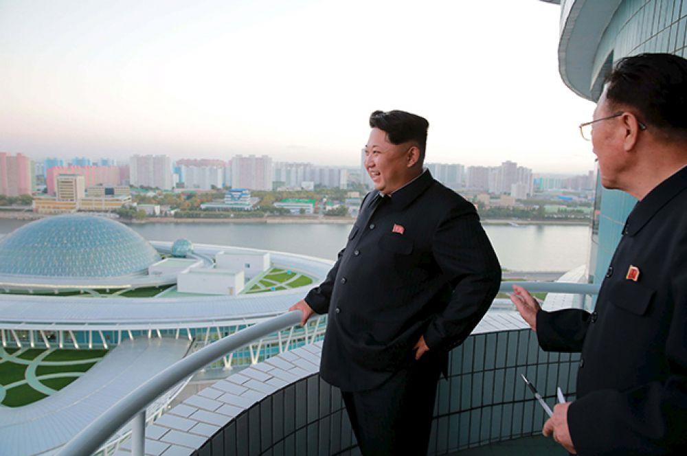 Ким Чен Ын осмотрел комплекс и поздравил строителей с завершением работ.