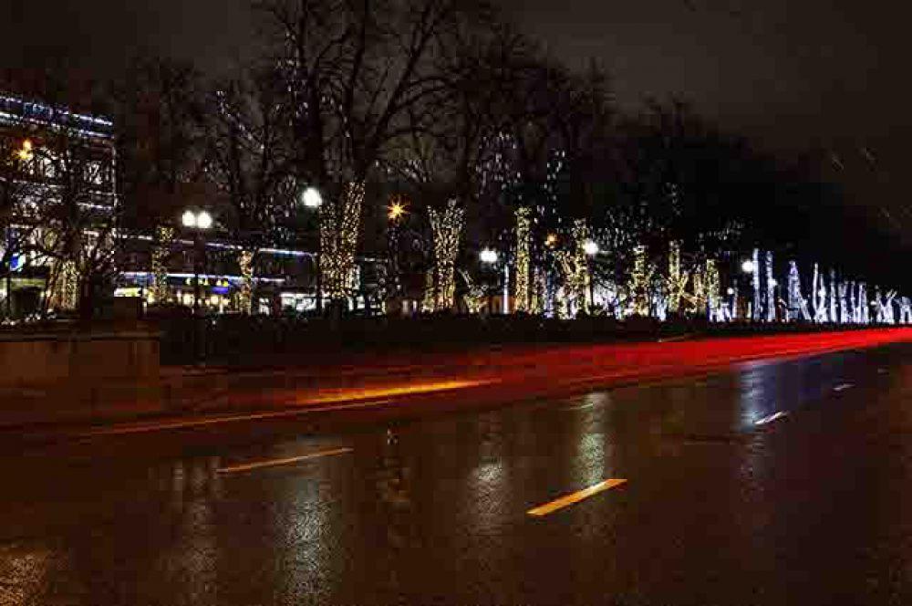 В этом году было решено отойти от точечного освещения отдельных объектов. Подсвечиваться будут целые магистрали и улицы города.