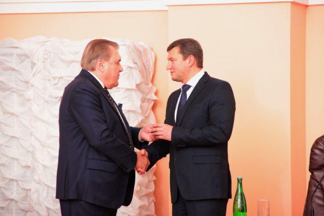 Бывший глава Оренбурга Юрий Мищеряков (слева) и новый глава города Евгений Арапов (справа).