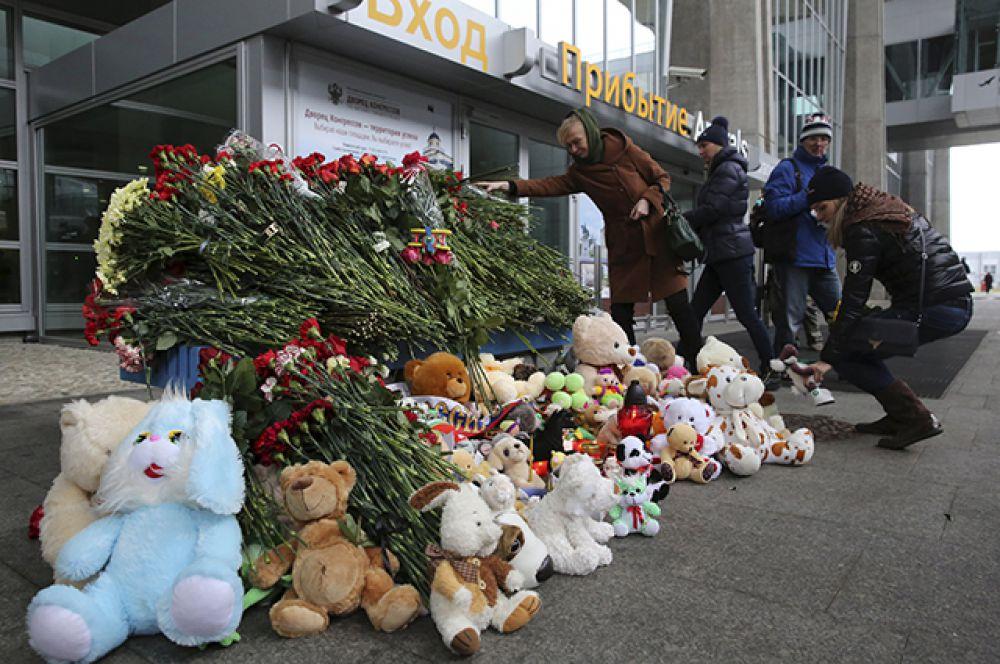 Мемориал жертвам катастрофы рейса 9268 в аэропорту Пулково, Санкт-Петербург.