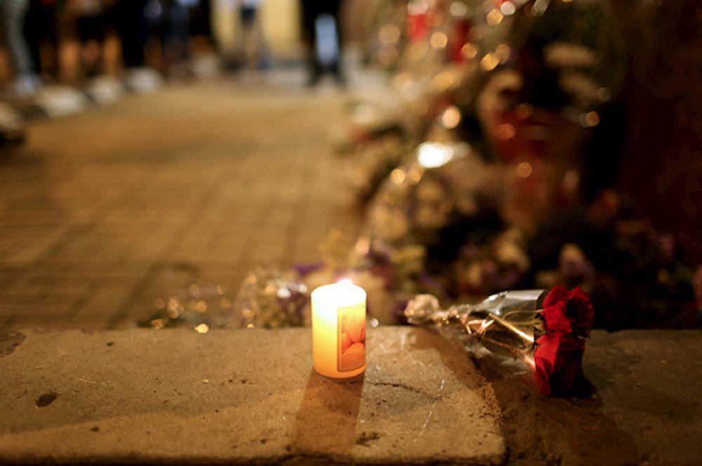 Цветы и свечи у российского посольства в Каире.