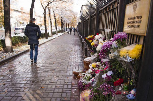 Цветы в память о жертвах катастрофы Airbus A321 у посольства Российской Федерации в Бишкеке.