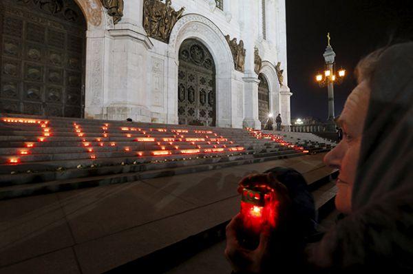 Москва. Цветы возле креста из 224 свечей около Храма Христа Спасителя.