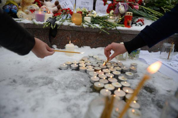 Екатеринбург. Жители зажигают свечи у мемориала «Черный тюльпан».