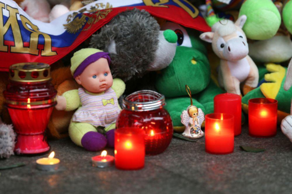 Жители Рима несут цветы и игрушки к зданию посольства РФ в Италии.