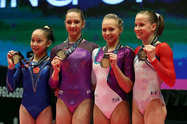 Сразу четыре золотые медали за соревнования на разновысоких брусьях получили Фан Юлинь (Китай), Виктория Комова и Дарья Спиридонова (Россия), Мэдисон Кошан (США).