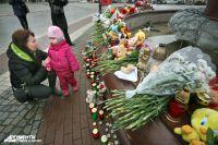 Калининградцы продолжают нести цветы и лампадки и в понедельник.