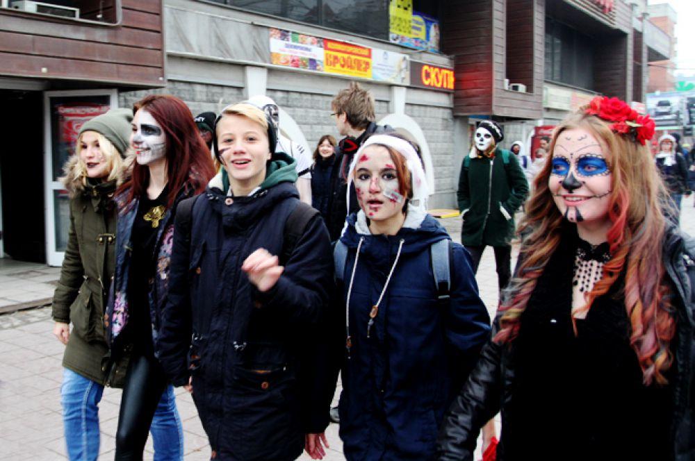 Из метро зловещие мертвецы вышли на белый свет.