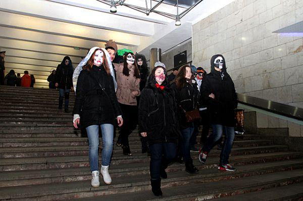 Толпа горожан в костюмах зомби спустилась в новосибирское метро.