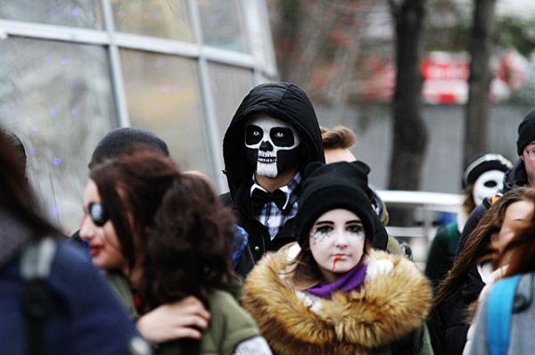 Там зомби попытались слиться с толпой прохожих.