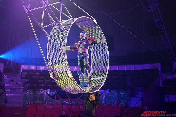 «Я работаю на этом аттракционе с 15 лет. И постоянно ловил взгляды людей из зала. Невероятное зрелище! Как я бегу по крутящемуся колесу с завязанными глазами. Ахи и вздохи!», - рассказывает акробат Евгений Петров.