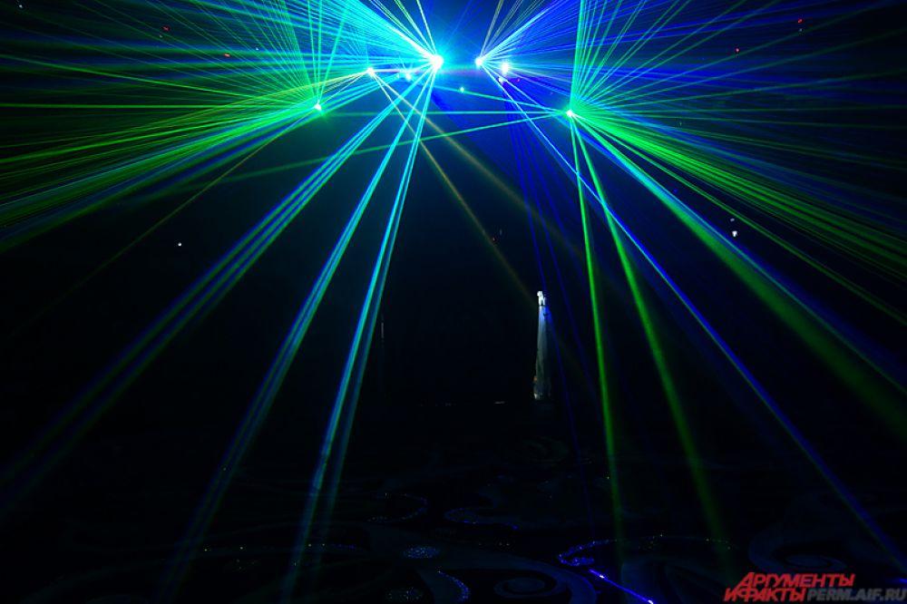Сначала на главной сцене тестируют, как работает световое оборудование: лазеры, фонари, вспышки и многое другое.