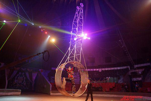 Главная звезда шоу – трансформер Оптимус Прайм, покоряющий так называемое «Колесо смерти».