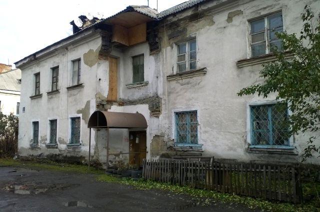 Дом «пляшет» уже около 10 лет, а властям дела нет?