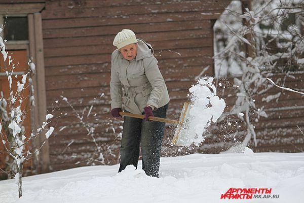 Близ частных домов расчищать снег пришлось хозяевам.