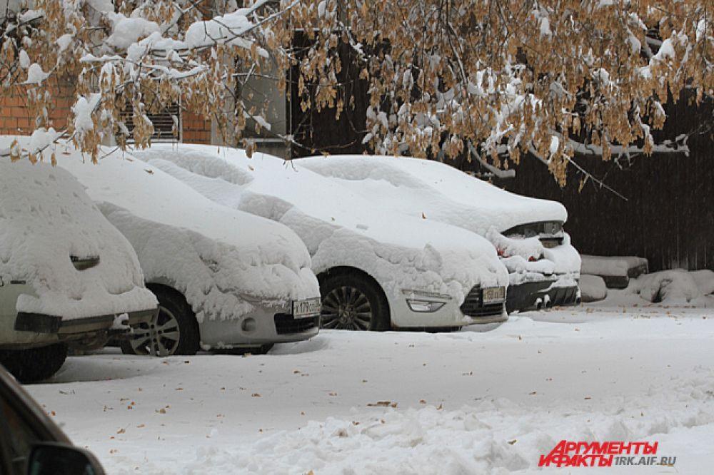 Для многих снег оказался большим утренним сюрпризом - снегопад начался около полуночи.