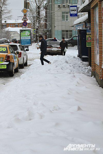 Сугробы доставили немало хлопот и пешеходам.