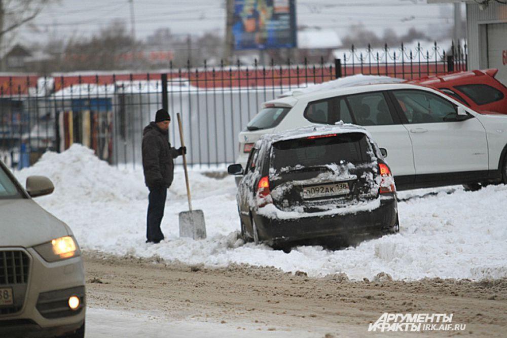 Чтобы тронуться с места парковки, в таких условиях необходима хорошая лопата.