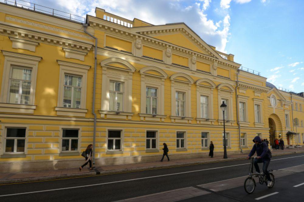 Фасад отреставрированного здания, вид с улицы Большая Никитская.