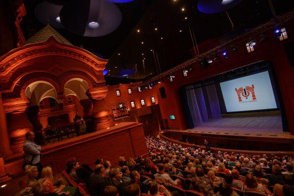Зрители перед началом открытия исторической сцены театра «Геликон-опера» в Москве.