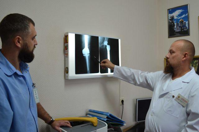 Уже через 10 дней после операции девушка начала вставать на ноги.