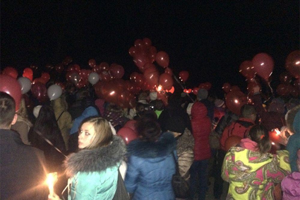 Около 500 человек пришли почтить память погибших.