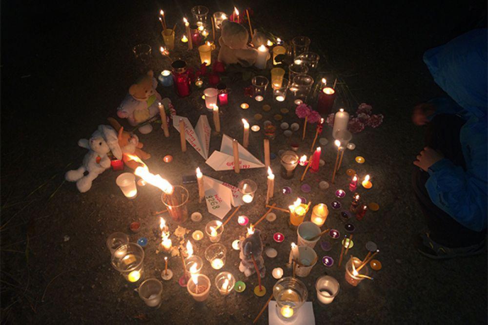 Идея выразить соболезнования родным и близким погибших в виде флеш-моба родилась в социальных сетях.