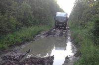Летом из Кондинского района в Сверловскую область можно пробраться по такой дороге. Немногие смельчаки на это решаются.