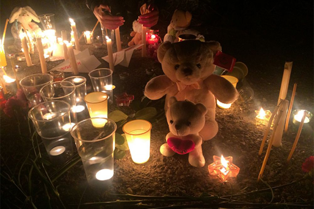 Камчатцы принесли свечи, детские игрушки и цветы.