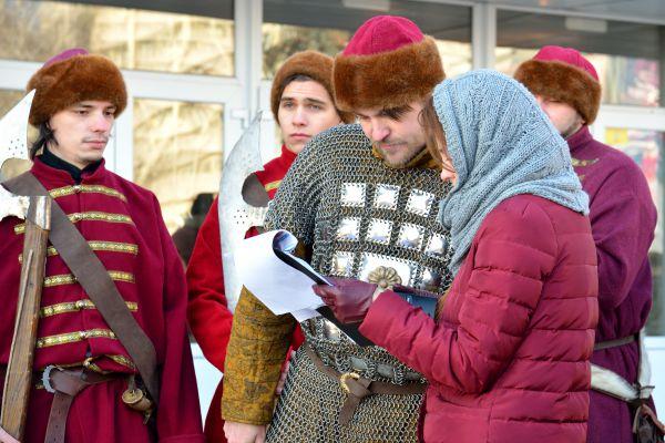 Стрелец изучает сценарий 1612 года.