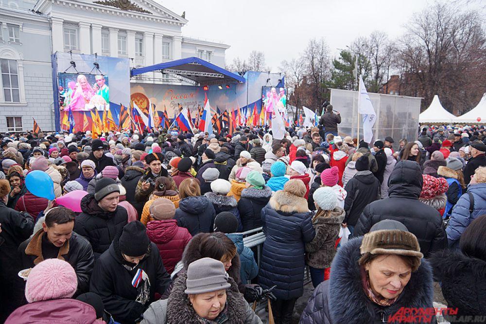 Возле театра оперы и балета им. П.И. Чайковского собрались около 10 тысяч пермяков и гостей города, чтобы отметить День народного единства.