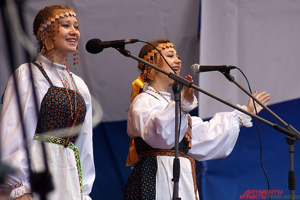 Гости смогли послушать русские народные и современные патриотические песни в исполнении творческих коллективов Перми, оценить искусство игры на варгане и армянских народных танцев, а также другие номера от национальных объединений города.