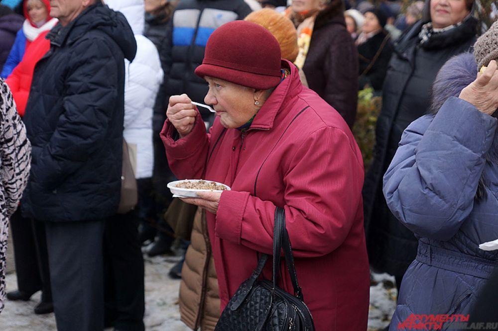 Люди пробовали блюда прямо на улице.
