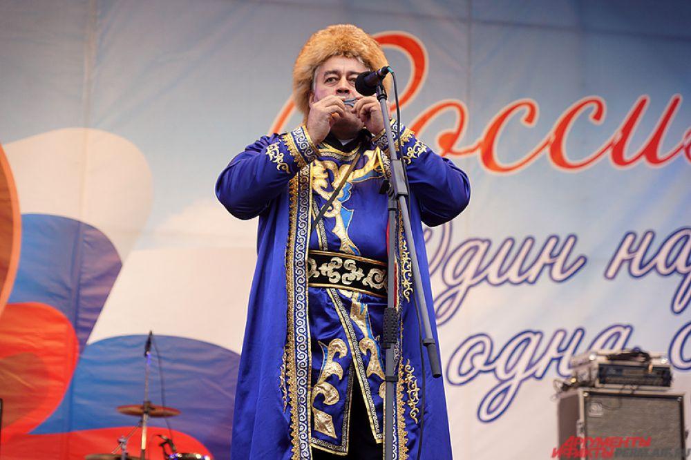 После торжественного открытия на площади перед театром оперы и балета состоялся праздничный концерт.