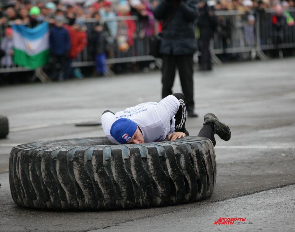 Соревнование по перекидыванию покрышки весом 300кг