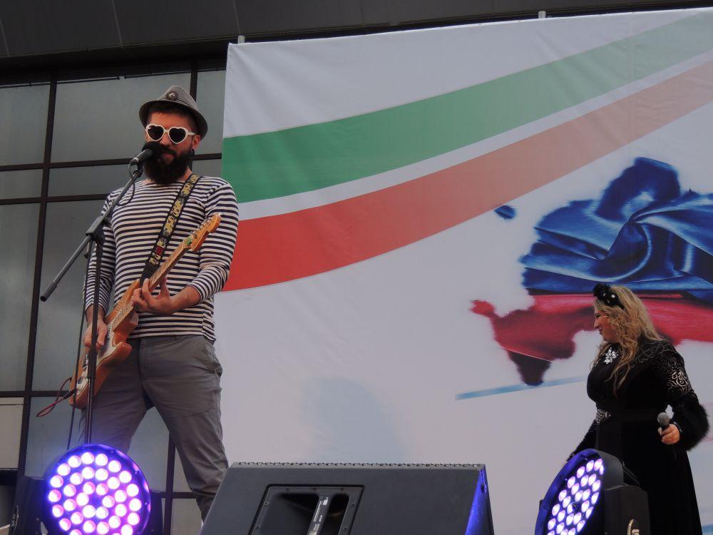 Выступления участников чередовались с выступлениями популярных музыкальных исполнителей и коллективов.