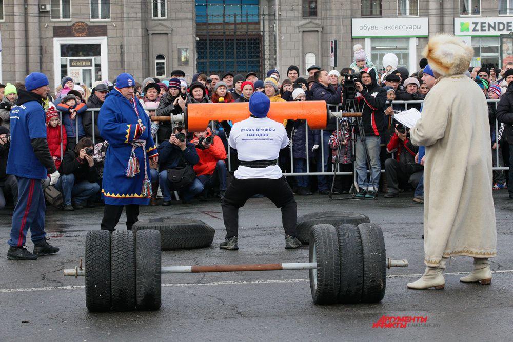 """Соревнования по поднятию """"Бревна"""" весом 100кг"""