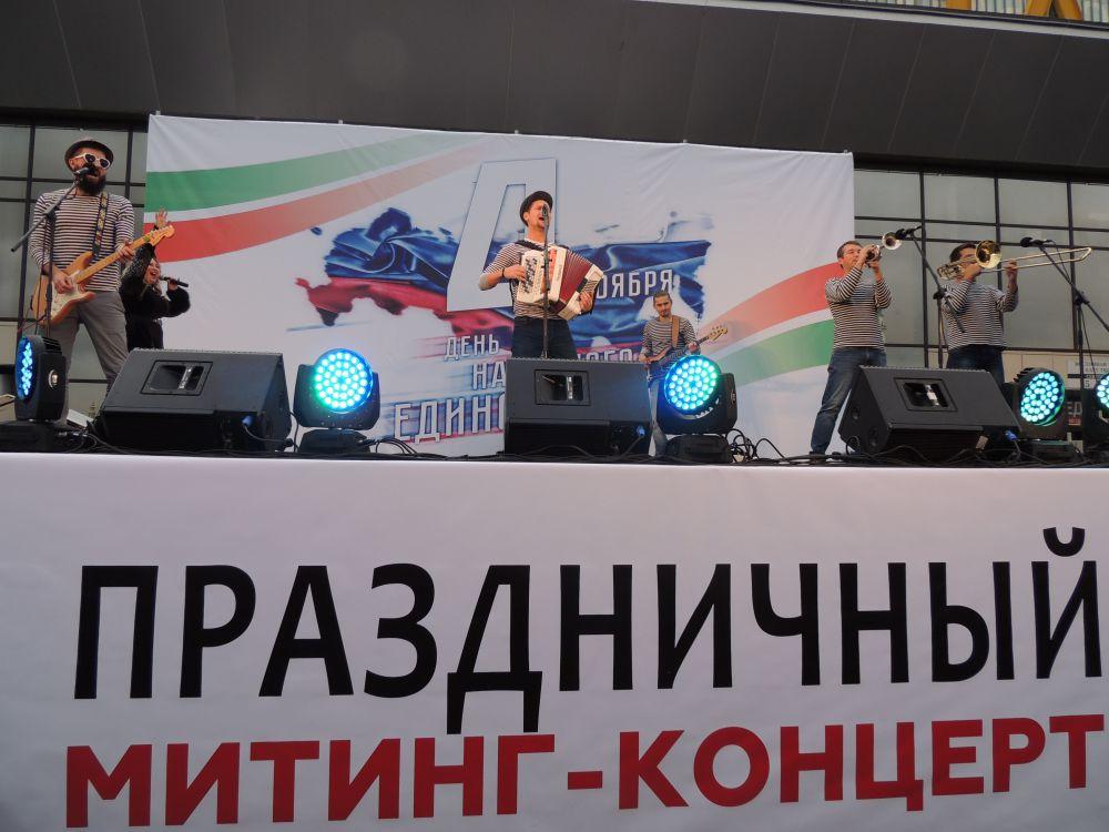 На празднике коллективы исполняли всеми любимые патриотические песни