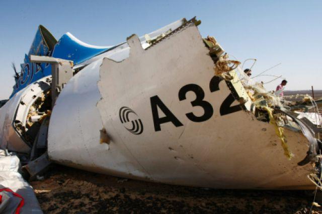 Фрагменты упавшего самолета.