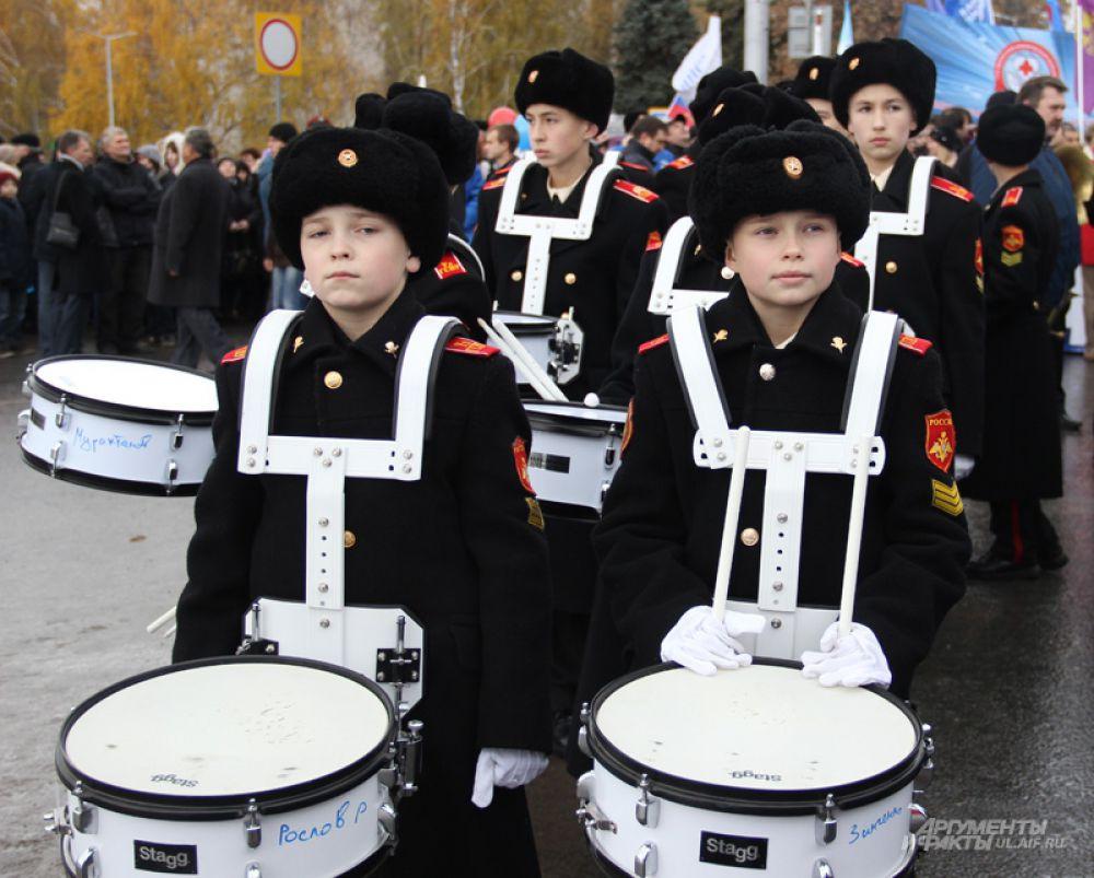 Гламурных барабанщиц на этот раз заменили юные барабанщики