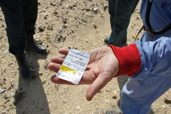 Сотрудник МЧС России демонстрирует посадочный талон, найденный на месте крушения самолета Airbus A321.