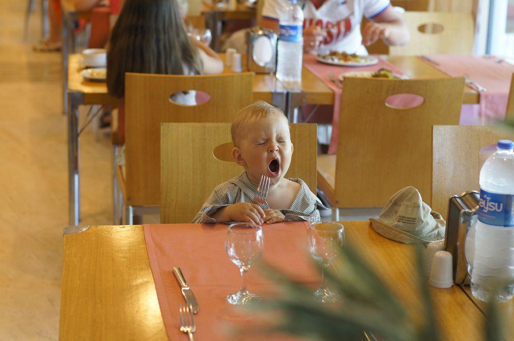 Руслан Соколов, победитель в номинации «Семейные курьезы», фоторабота «Очень хочется есть и спать».