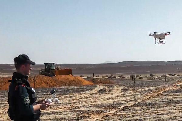 Сотрудник МЧС России запускает беспилотный летательный аппарат на месте крушения российского самолета Airbus A321 авиакомпании «Когалымавиа».