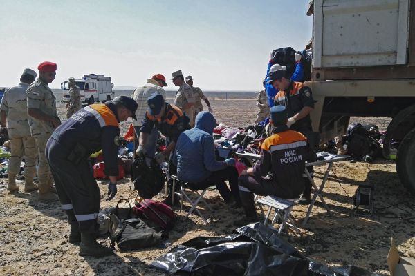 Военнослужащие и сотрудники МЧС России на месте крушения российского самолета Airbus A321.